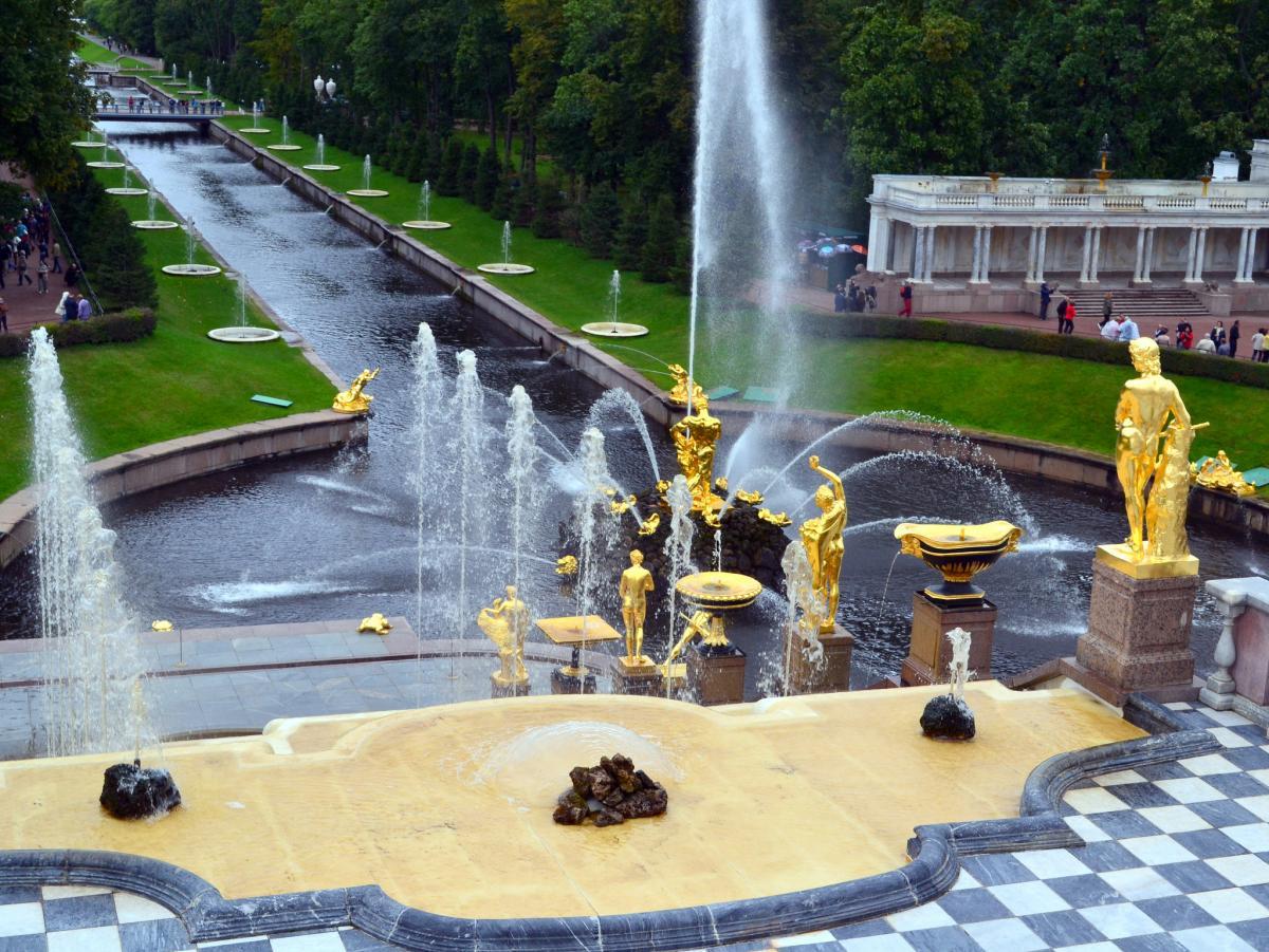 Palacio de peterhof rusia gran cascada san petersburgo for Jardines barrocos